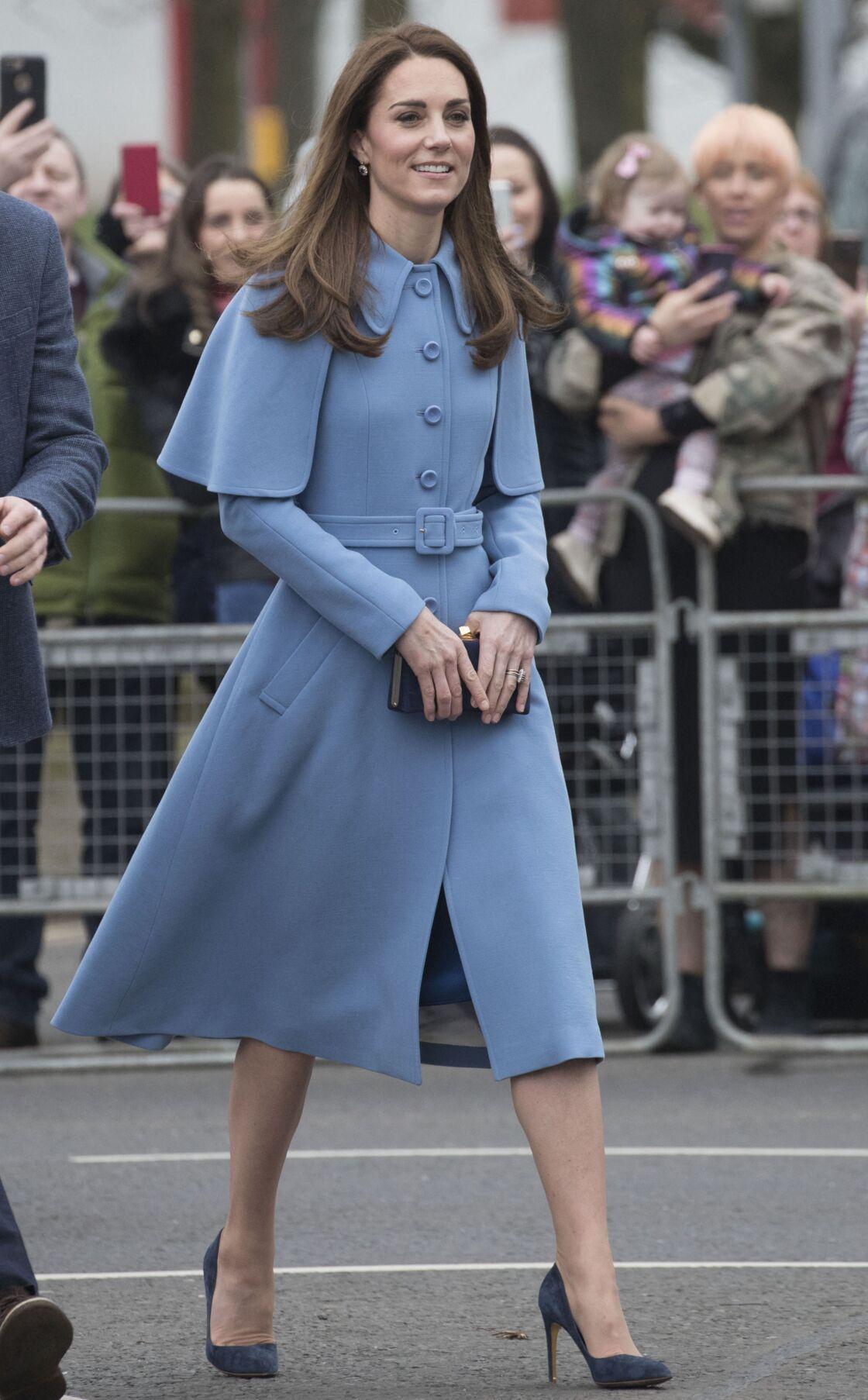 Kate Middleton salue les habitants de Ballymena, lors de son voyage officiel en Irlande du Nord, le 28 février 2019