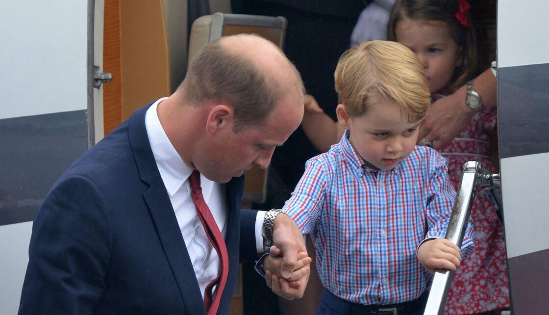 Le prince George avec son père à leur arrivée en Pologne en 2017
