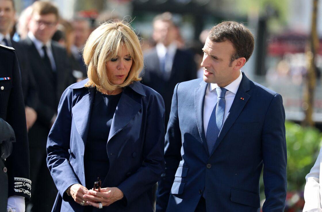 Emmanuel et Brigitte Macron lors de l'hommage à Xavier Jugelé, un policier tué sur les Champs Elysées, à Paris, le 20 avril 2018.