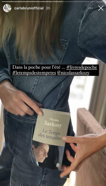 Carla Bruni avec le livre de son époux Nicolas Sarkozy en juillet 2021.