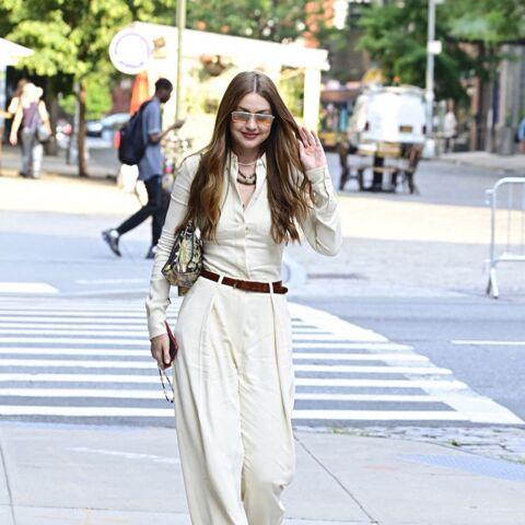 PHOTOS – Gigi Hadid chic et bohème en total look monochrome beige