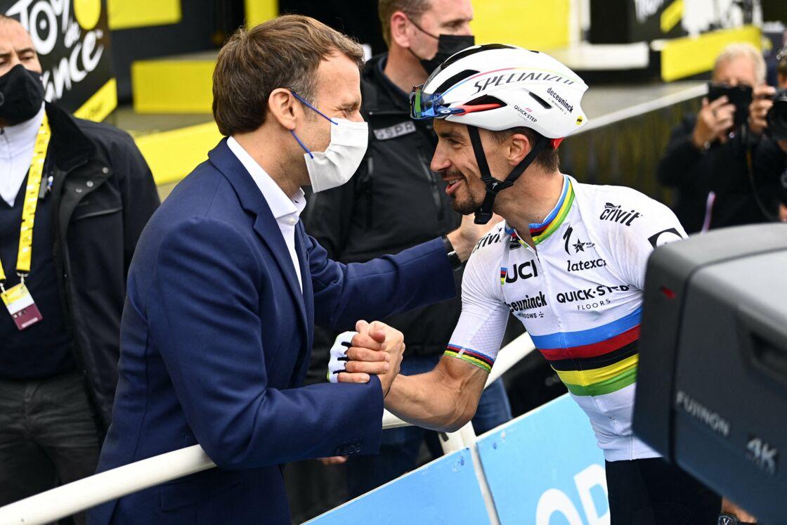 Le président Emmanuel Macron avec Julian Alaphilippe de l'équipe Deceuninck à la 108ème édition du Tour de France 2021, étape 18 entre Pau et Luz Ardiden, le 15 juillet 2021.