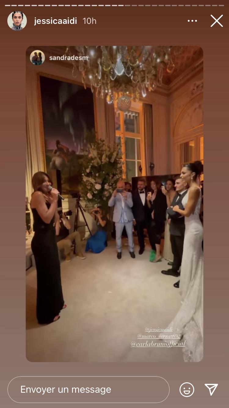 Carla Bruni interprète Quelqu'un m'a dit au mariage de Marco Verratti et Jessica Aidi, le 15 juillet 2021 à Paris à l'hôtel Crillon
