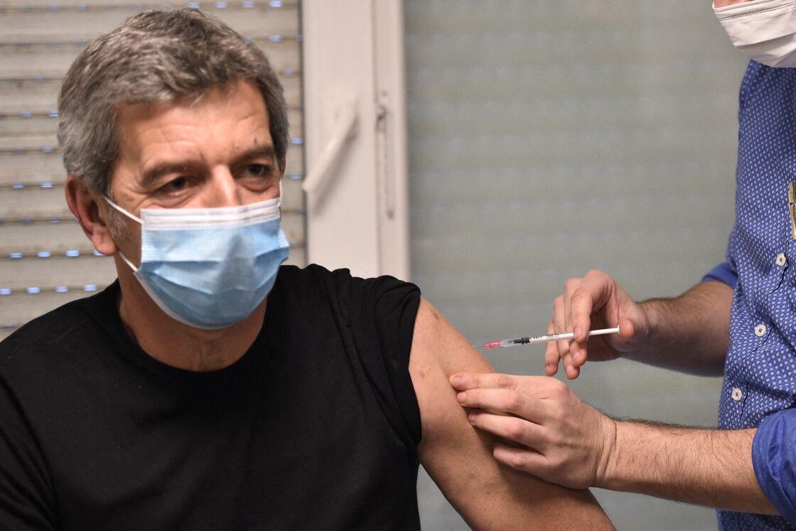 Michel Cymes s'est fait vacciner contre le Covid-19 pour donner l'exemple.