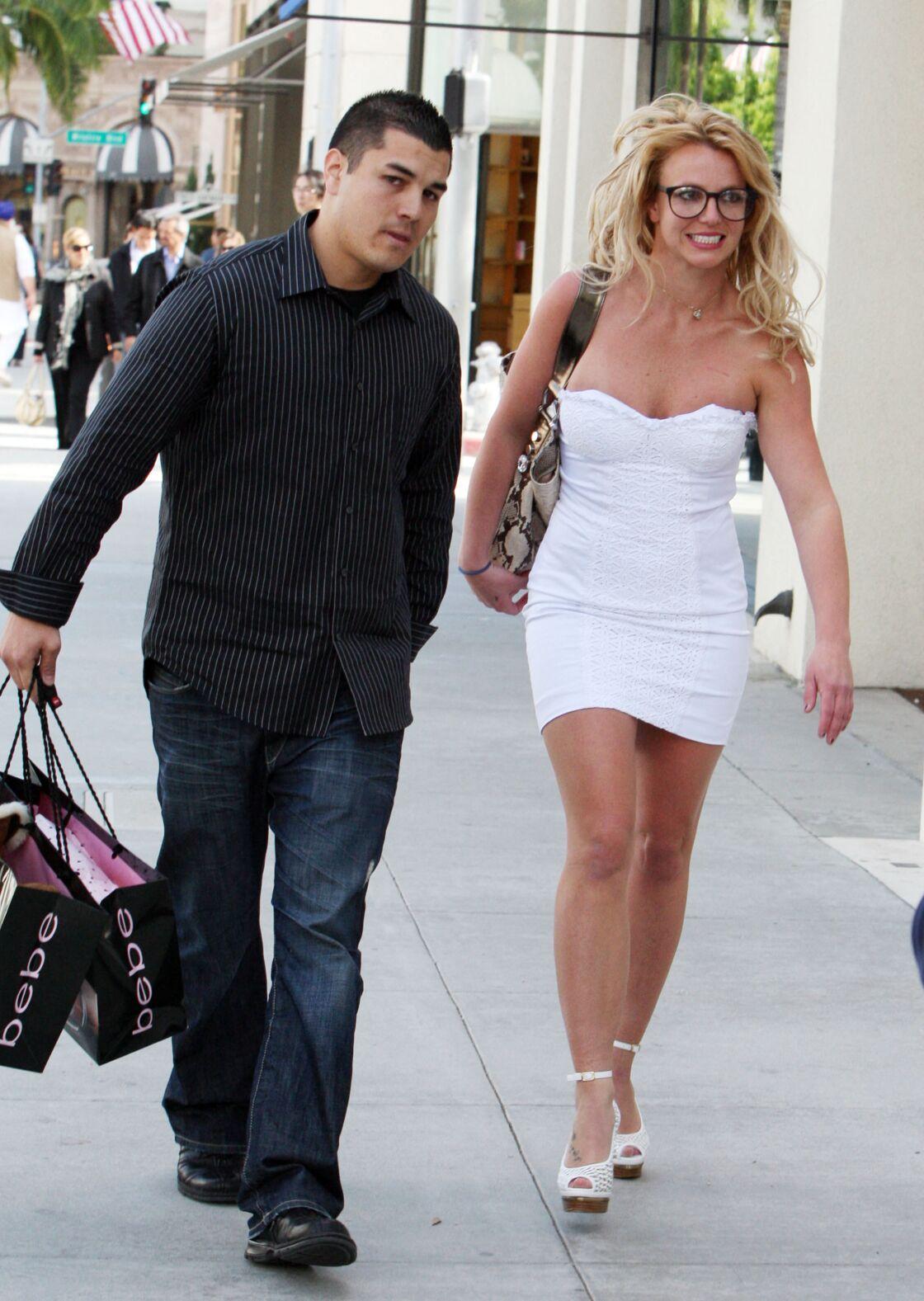 Britney Spears escortée par son garde du corps Fernando Flores, lors d'une virée shopping dans le quartier chic de Beverly Hills, à Los Angeles, le 31 mars 2010.