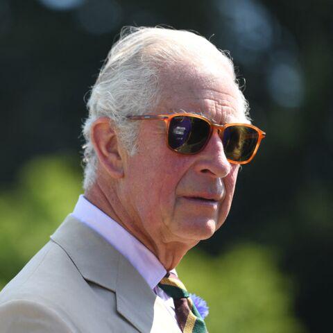 PHOTOS – Le prince Charles à la cool: il sort les lunettes de soleil!