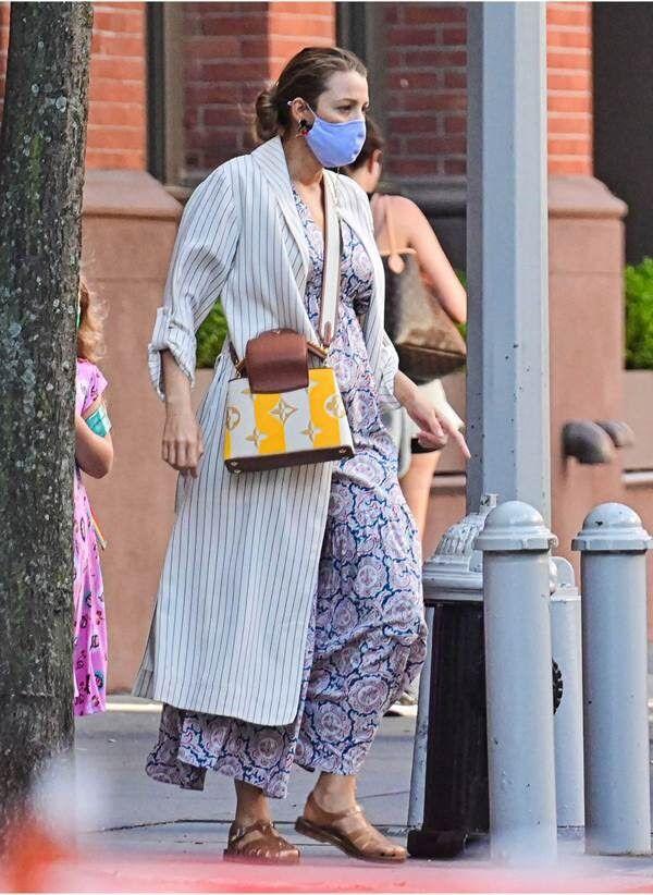 Ce mois-ci, Blake Lively en robe Mango craque pour la tendance des méduses en cuir