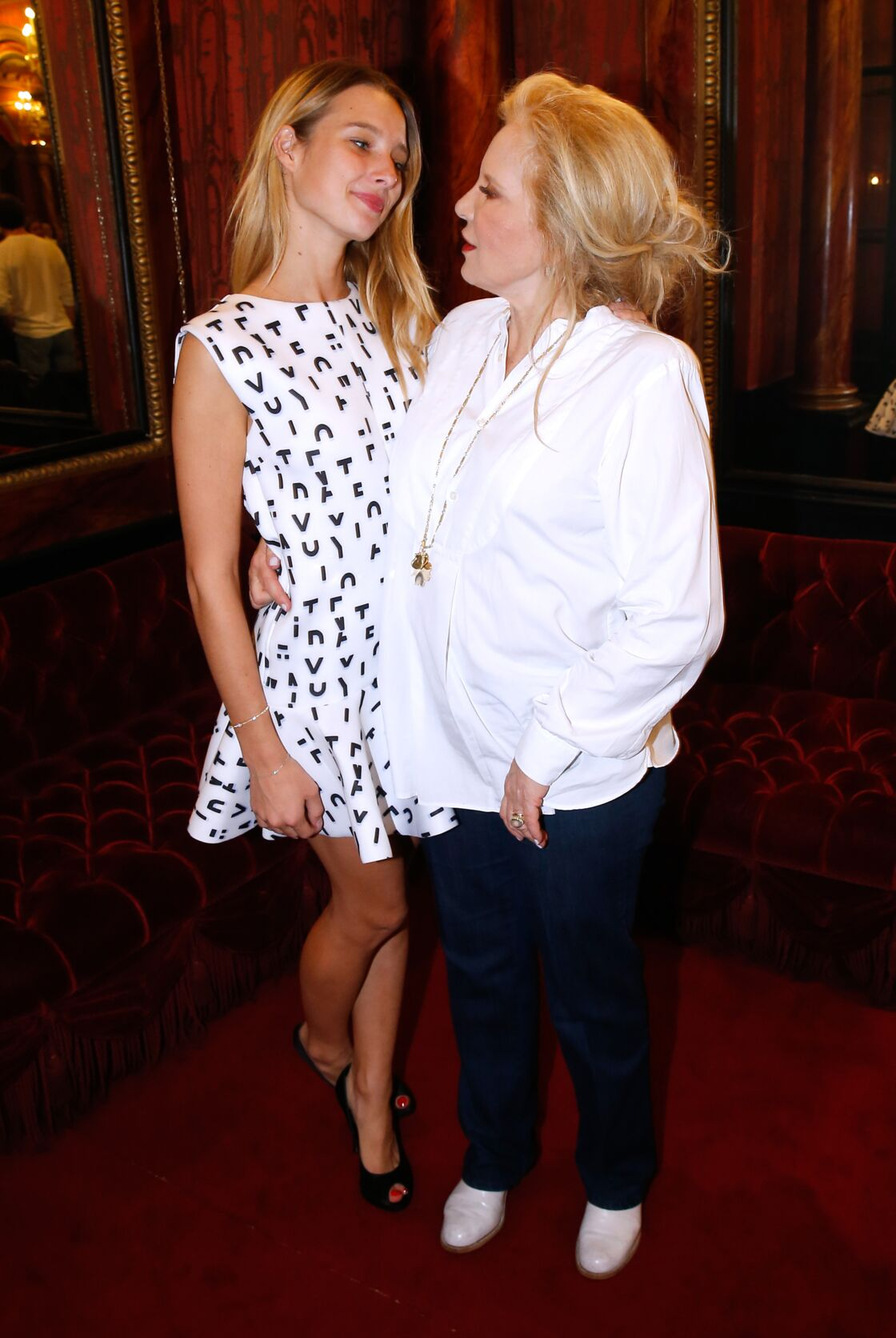Sylvie Vartan et Ilona Smet assistent à la pièce  «Ne me regardez pas comme ça», au Théâtre des Variétés à Paris, le 19 septembre 2015.