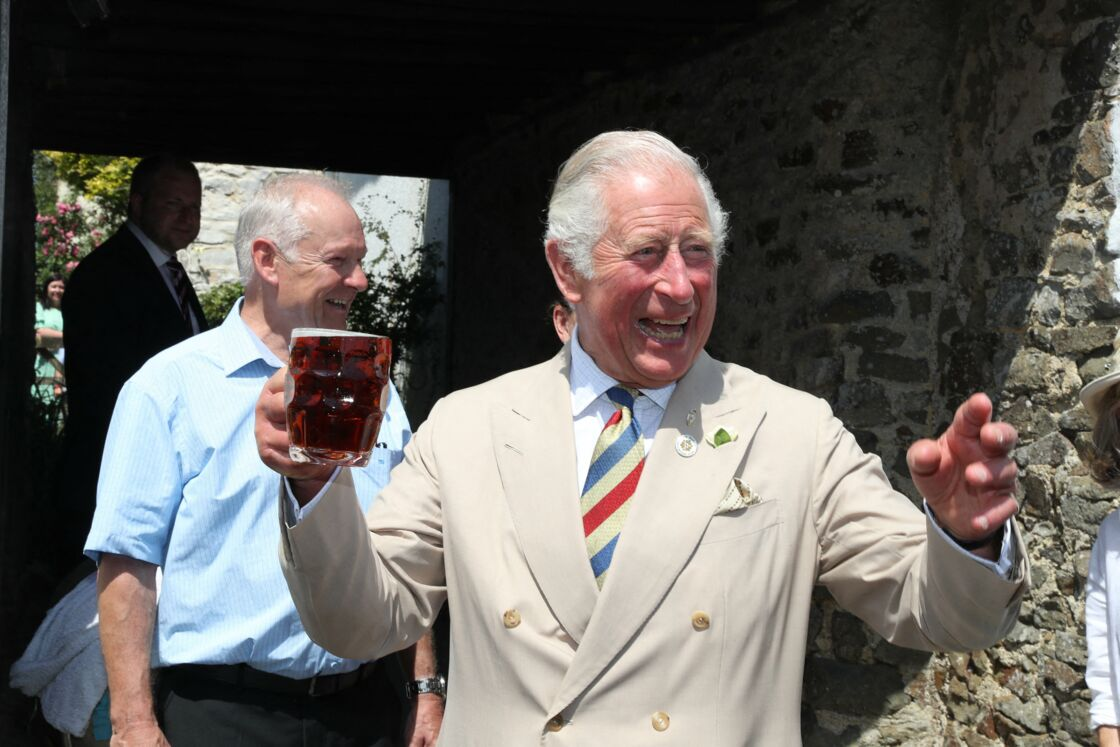 Le prince Charles, joyeux et décontracté, trinque avec les locaux lors de son passage dans un pub d'Iddesleigh, dans le Devon, ce 21 juillet 2021.