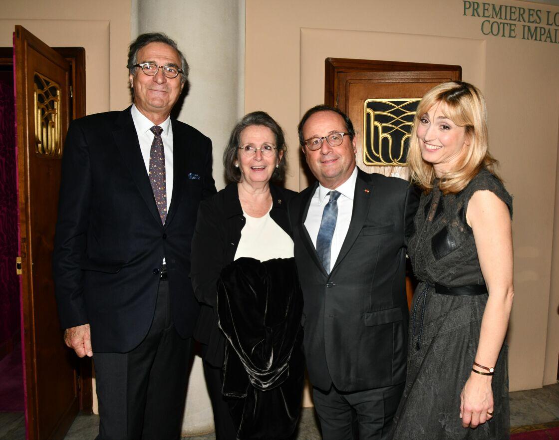 Francois Hollande pose aux côtés de Julie Gayet et de ses parents, lors du 27ème Gala de l'Espoir, au Théâtre des Champs-Élysées, à Paris, en octobre 2019.