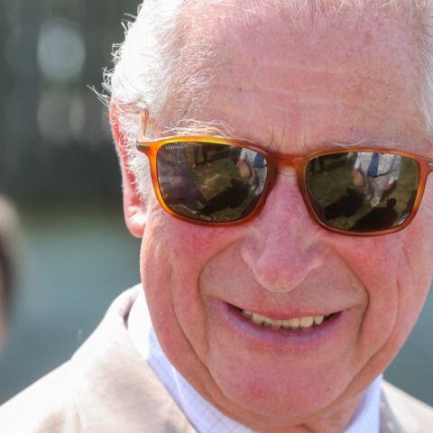 PHOTOS – Le prince Charles détendu et loin des polémiques: il apparaît une bière à la main
