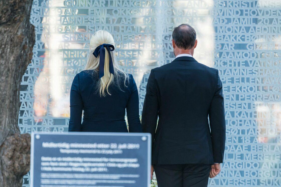 Le prince Haakon de Norvège et la princesse Mette-Marit ont tenu une minute de silence devant la plaque commémorative sur laquelle sont inscrits les noms des victimes de l'attentat de 2011, à Oslo, ce 22 juillet 2021.