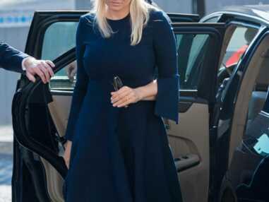 PHOTOS - Mette Marit de Norvège élégante pour rendre hommage aux victimes des attentats d'Oslo et d'Utoya
