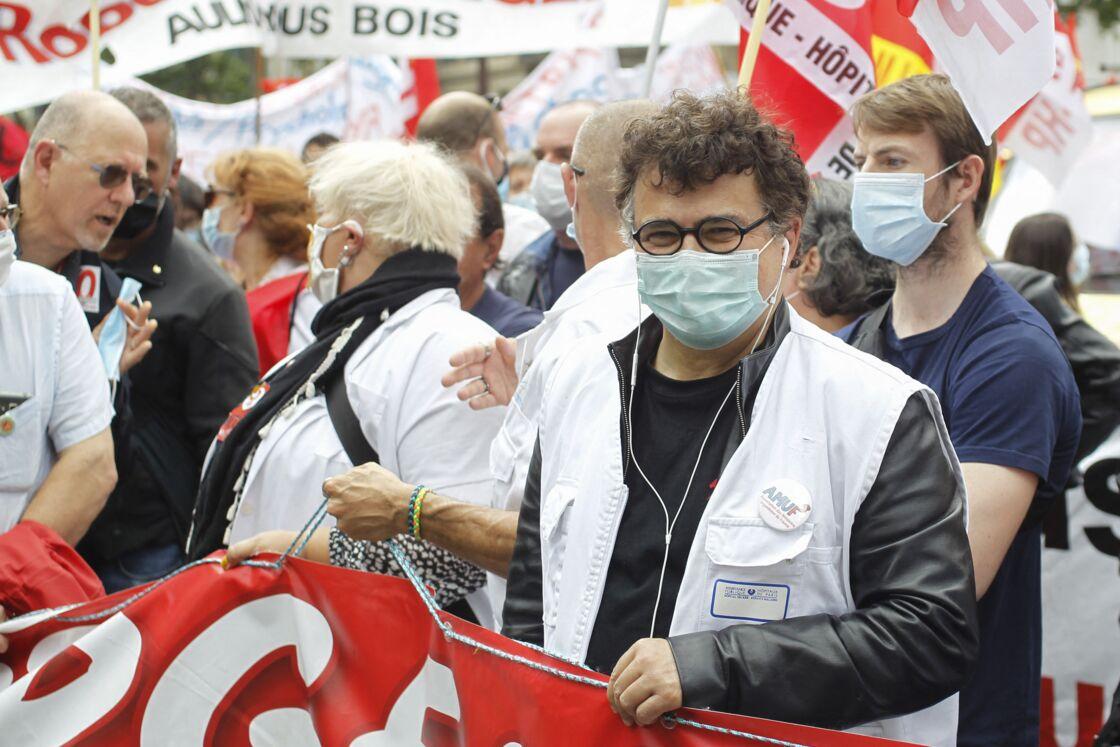 Patrick Pelloux participe à la manifestation des personnels soignants suite à l'appel des syndicats et des collectifs hospitaliers, à Paris, le 16 juin 2020.