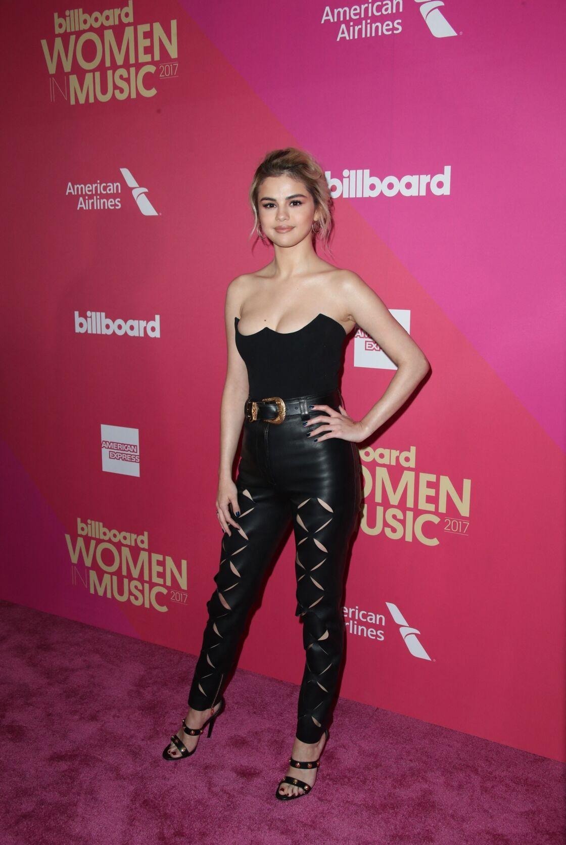 Selena Gomez ravissante sur le tapis rouge mise sur un pantalon en cuir et un bustier décolleté