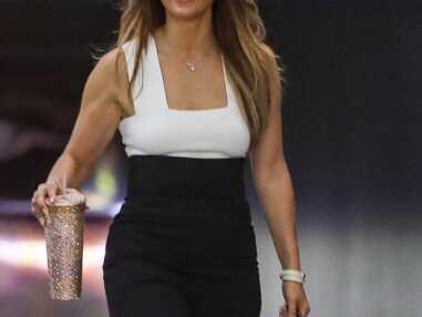 PHOTOS - Jennifer Lopez rayonnante en pantalon taille haute et crop top