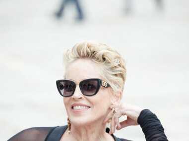 PHOTOS - Sharon Stone glamour en jupe crayon et coupe courte blonde pour Dolce & Gabanna