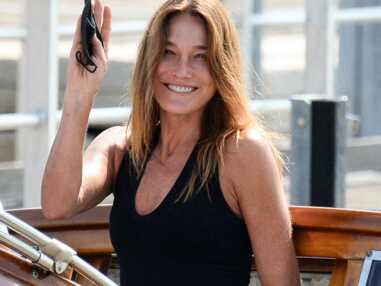 PHOTOS - Carla Bruni bronzée et sans maquillage pour son arrivée à Venise