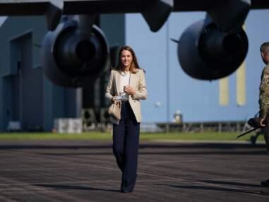 PHOTOS - Kate Middleton en veste de blazer et look de business woman pour visiter la RAF Brize Norton