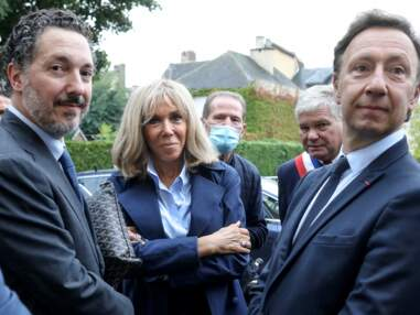 PHOTOS - Brigitte Macron en look masculin/féminin avec une chemise ouverte et le col relevé