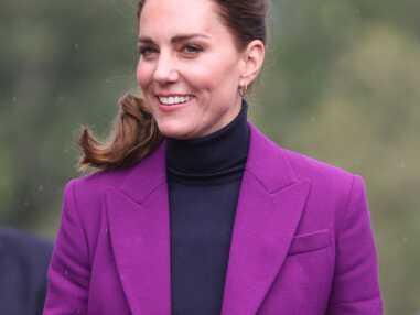 PHOTOS - Kate Middleton chic en queue-de-cheval haute et costume violet pour une visite en Irlande