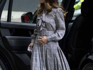 PHOTOS - Kate Middleton recycle sa robe longue à carreaux Zara