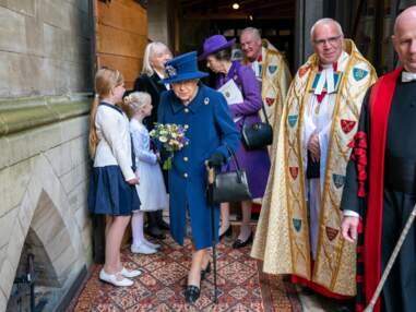 PHOTOS - La reine Elizabeth II aperçue avec une canne pour la première fois depuis 2004