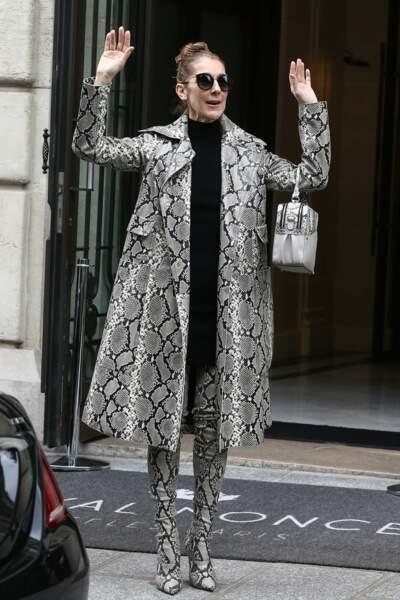 Céline Dion à Paris en cuissardes, manteau et sac assortis