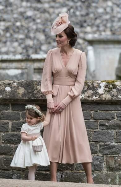 Au mariage de Pippa Kate avait passé autour de la taille de sa fille un ruban de la même couleur saumon que sa robe