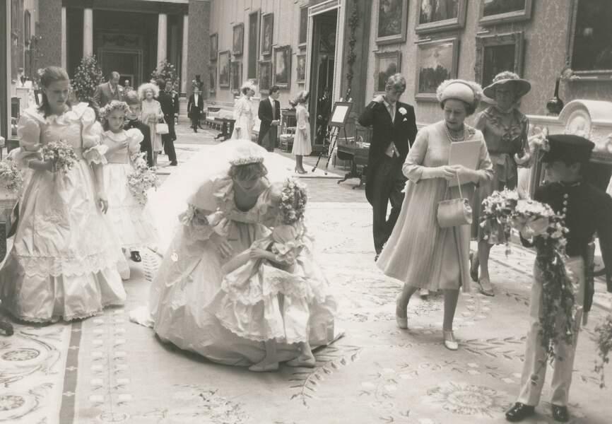 Diana, future princesse de Galles rassure sa jeune demoiselle d'honneur