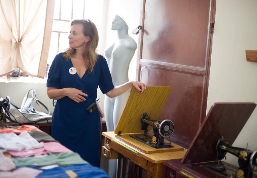 Valérie Trierweiler visite un atelier de couture