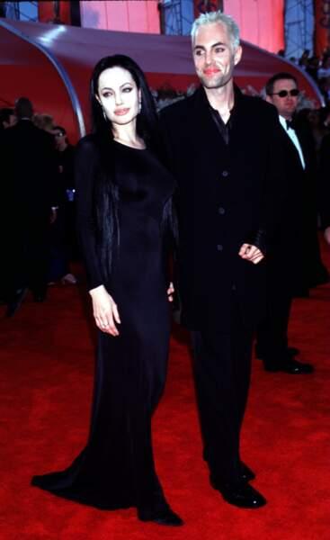 Avec son frère James, elle rejoue un acte de La Famille Adams