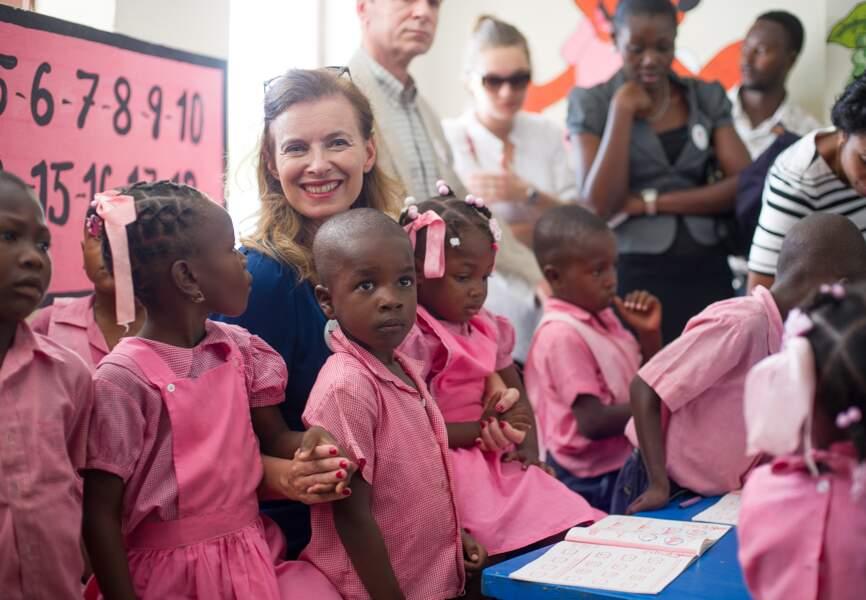 Valérie Trierweiler avec les élèves de l'école maternelle
