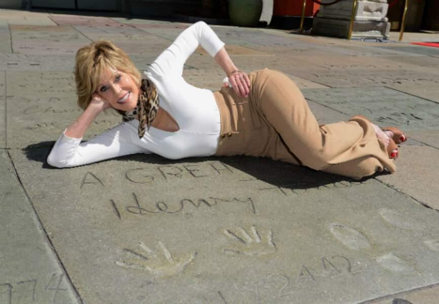 Allongée sur les empreintes de son père, l'acteur Henry Fonda