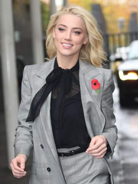 Amber Heard la porte avec un costume boyish