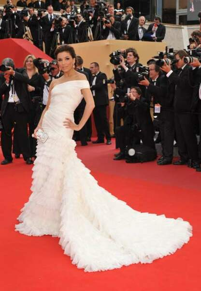 Ostentatoire comme Eva Longoria dans son exubérante robe à froufrous blanche Emilio Pucci (2010)