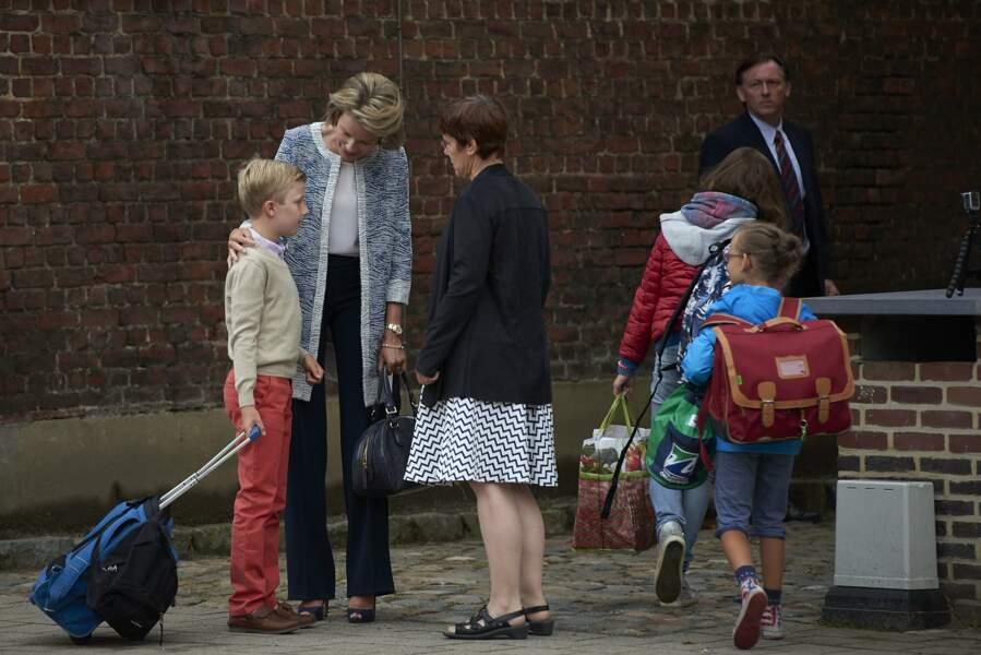 Le petit garçon a lui eu sa maman pour lui tout seul pour son premier jour d'école