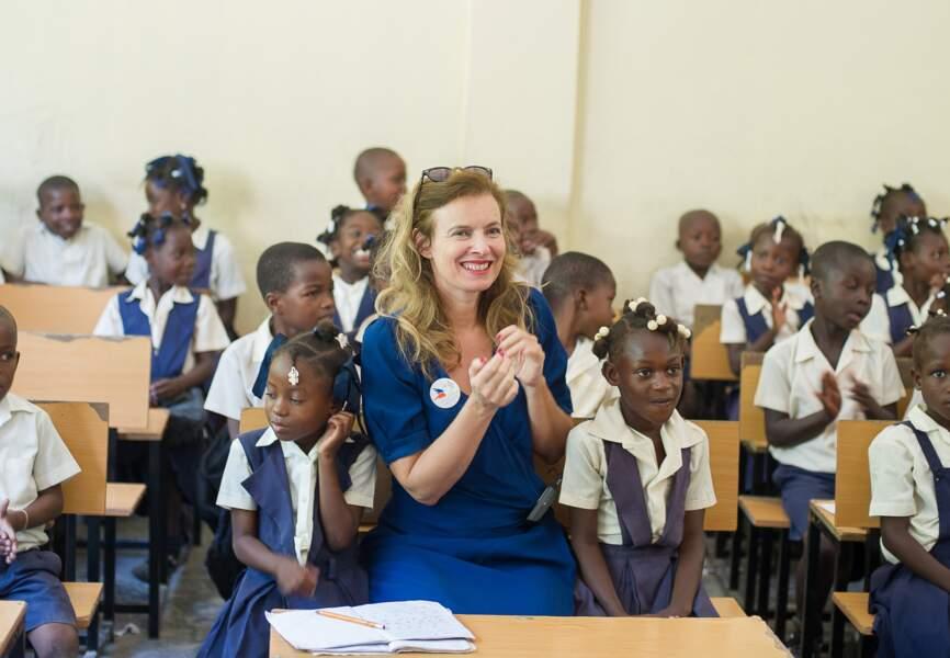 Une salle de classe ravie d'accueillir la journaliste