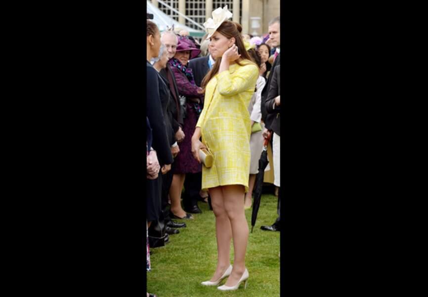 23 mai 2013 - Rayonnante, Kate s'essaye au jaune Emilia Wickstead