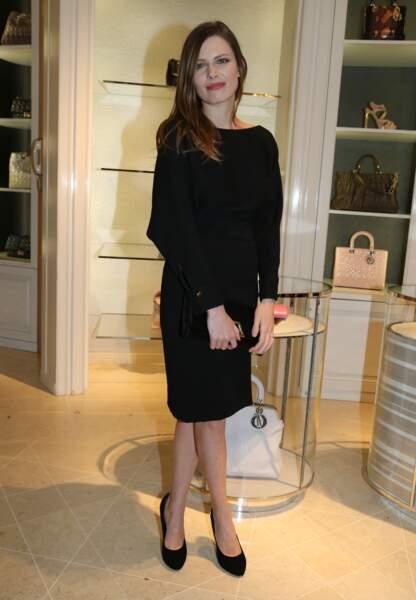 Elodie Frégé à l'avenue Montaigne pour les Vendanges annuelles, silhouette noire et casual
