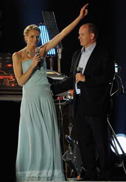 Le soir, Charlène tombe la veste et dévoile sa robe bustier Karl Lagerfeld