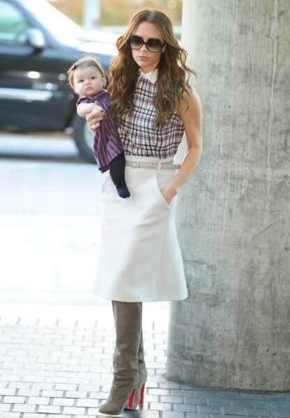 Bébé posé sur la hanche et main dans la poche