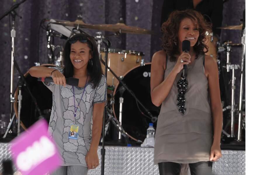Bobbi allait régulièrement sur scène avec sa mère, comme par exemple pour ce concert à New York en 2009.