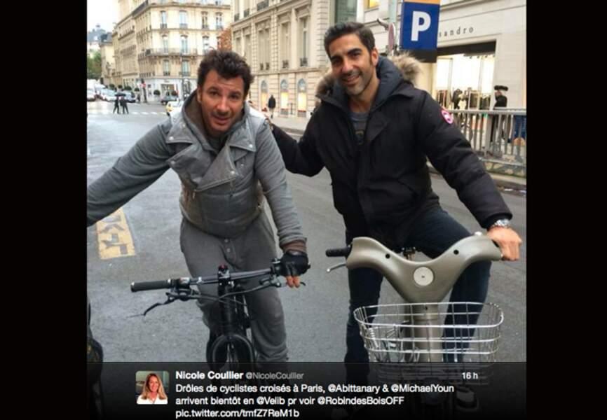 Michael Youn et Ari Abitan à vélo dans Paris...