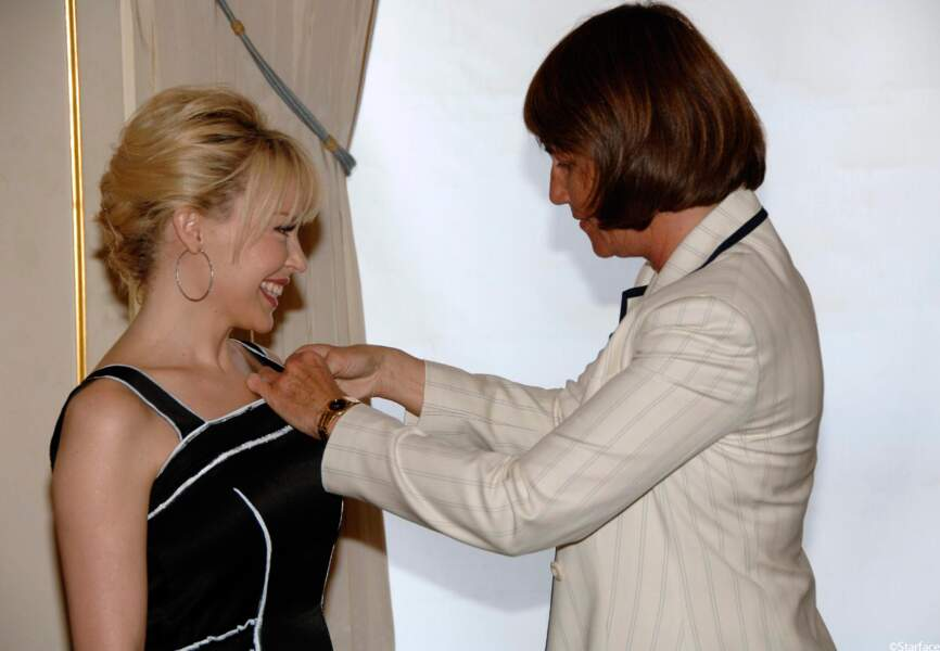 Kylie Minogue est faite Chevalier des Arts et des Lettres par Christina Albanel en 2008