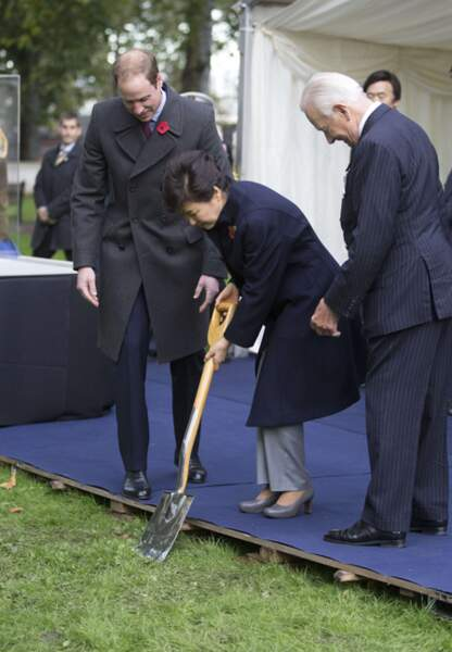 La présidente Park Geun-hye donne le premier coup de pelle, lançant ainsi la construction du monument