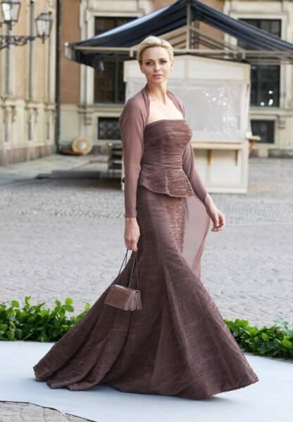 Princesse de charme en Akris mocca pour le mariage de Madeleine de Suède