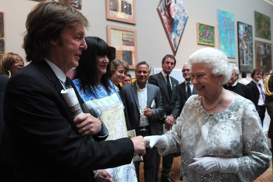 En 2012, Paul McCartney et la reine font connaissance