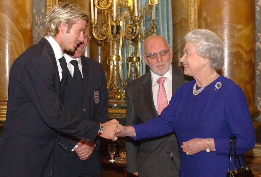 En 2002, la reine rencontre le capitaine de l'équipe de football d'Angleterre David Beckham à Buckingham Palace