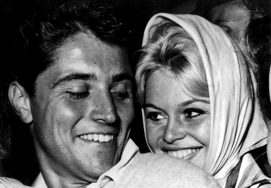 1958, Sacha Distel est très bien accompagné. Collée à lui, Brigitte Bardot, alors âgée de 24 ans